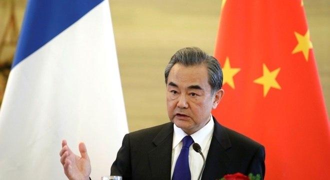 Wang diz que há o vírus da covid-19 e o vírus político