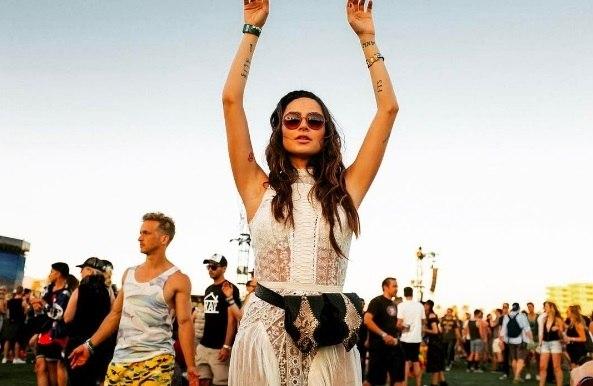 Thaila Ayala arrasa com looks exóticos no festival Coachella