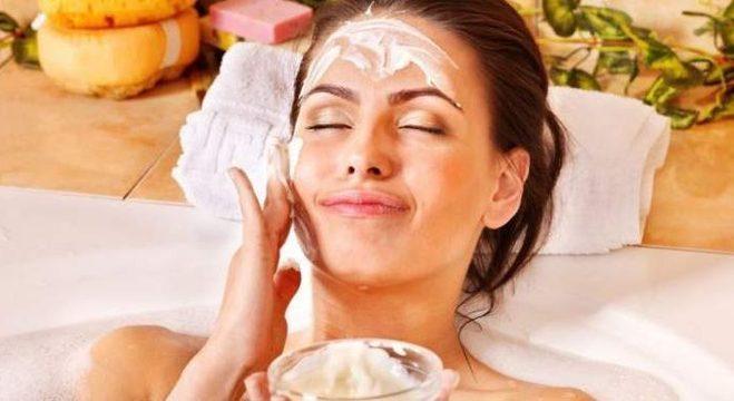 A hidratação correta ajuda a melhorar a textura e aparência da pele, além de evitar o envelhecimento precoce