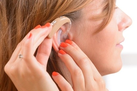Os pacientes que necessitam de aparelhos auditivos precisam se adaptar ao dispositivo