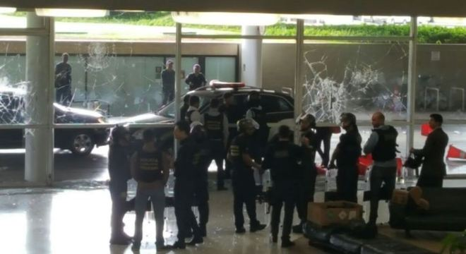 Vidros quebrados na chapelaria do Congresso Nacional após invasão de policiais ao prédio