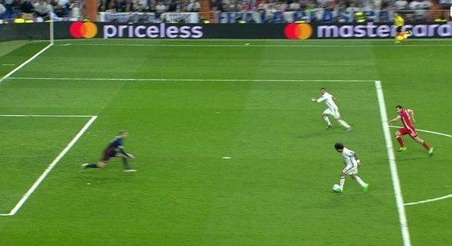 Marcelo faz jogada extraordinária e toca na medida para Cristiano Ronaldo fazer o terceiro, também impedido
