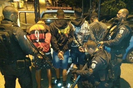 Um suspeito ficou ferido e outros quatro foram presos