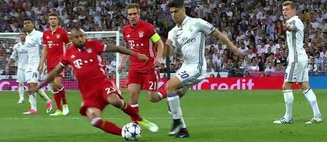 Volante Vidal acertou a bola no lance, mas o árbitro interpretou como carrinho desleal do chileno