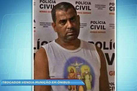 Suspeito foi preso enquanto entregada sacola com 10 munições para comprador