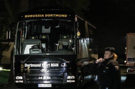 Bombas quebraram as janelas e estouraram os pneus do ônibus