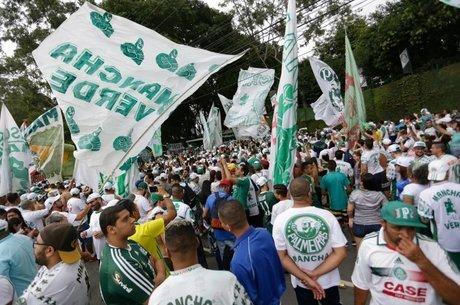 Torcedores do Palmeiras em frente ao CT do clube