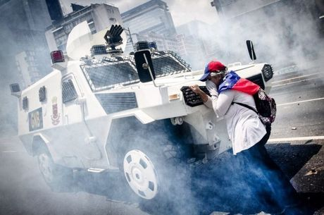 Com bandeira da Venezuela amarrada ao pescoço, mulher parou um tanque durante manifestações contra Nicolás Maduro