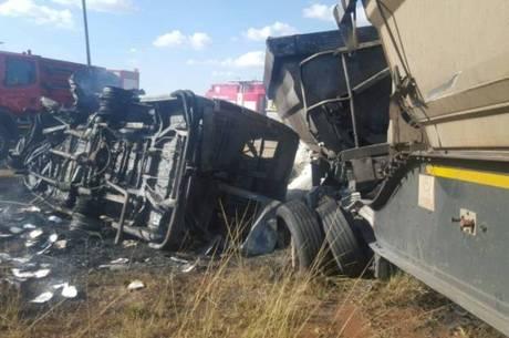 Porta-voz de serviço de emergência postou foto do micro-ônibus tombado no Twitter