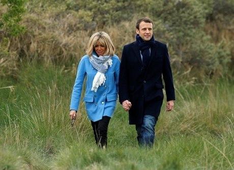 Mulher de favorito na eleição francesa é 25 anos mais velha