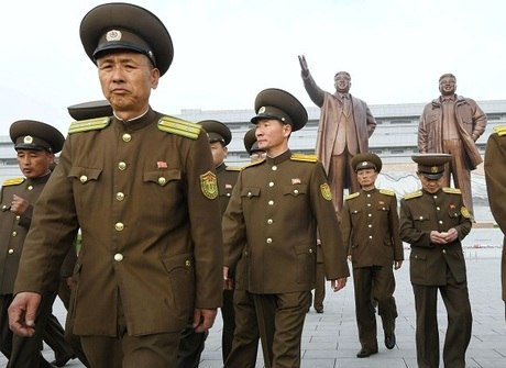 Pyongyang desfila armamentos e tenta intimidar Coreia do Sul
