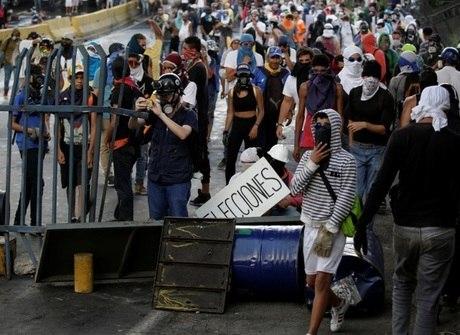 Chegam a 27 os mortos em protestos. Veja imagens