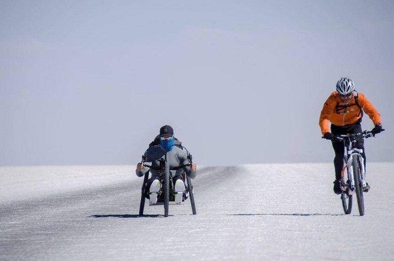 """Fernando Fernandes é um homem """"Além dos Limites"""". Ao melhor estilo repórter-aventureiro, o ex-modelo, participante de reality show, atleta paralímpico estreia nova empreitada na TV. Fernandes precisou aliar sua força física e mental para cumprir 200 quilômetros no deserto de sal da Bolívia em uma handbike"""