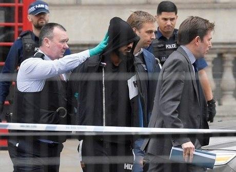 Polícia britânica prende homem com mochila com facas