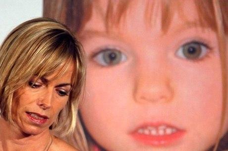 Mãe de Madeleine, Kate, com foto da menina ao fundo