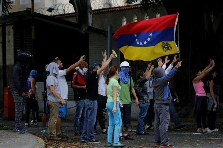 Membros dos principais grupos oposicionistas ao governo de Nicolás Maduro, na Venezuela, bloquearam ruas de Caracas na manhã desta terça para protestar contra aAssembleia Constituinte anunciada pelo presidente. Para os manifestantes, a manobra de Maduro teria como objetivo mantê-lo no poder sem convocar novas eleições
