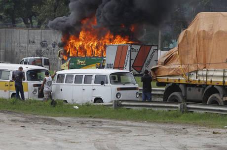 Nove ônibus foram incendiados na avenida Brasil na terça-feira