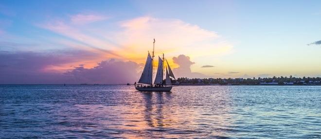 Veleiros desfilam ao pôr do sol, que é um verdadeiro Carnaval em Key West, na vista do pier