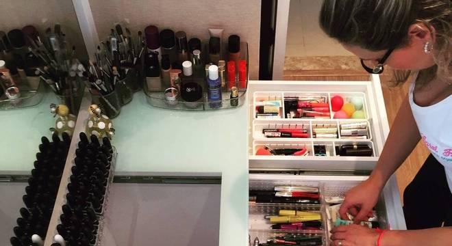 Carol Rosa dá dicas de como guardar e conservar suas maquiagens