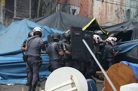 """Policiais em ação dentro do """"fluxo"""" na Cracolândia"""