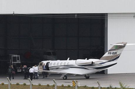 Aeronave com o ex-presidente chega ao aeroporto de Curitiba