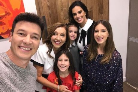 Apresentador reúne a família para selfie nos bastidores da atração