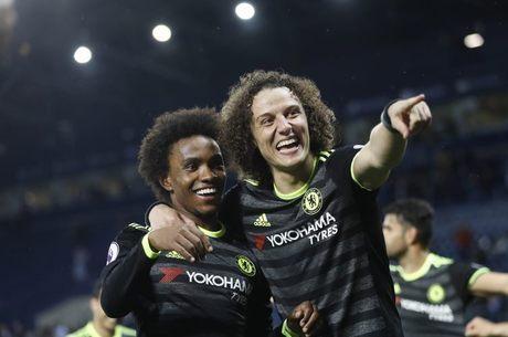Willian comemora o título inglês com o companheiro David Luiz