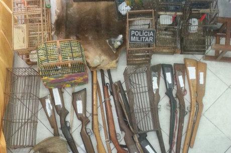 Os policiais apreenderam dez espingardas, munições, duas coronhas e duas armadilhas para caça