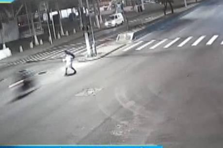 Vítima é atingida por moto em alta velocidade em Niterói