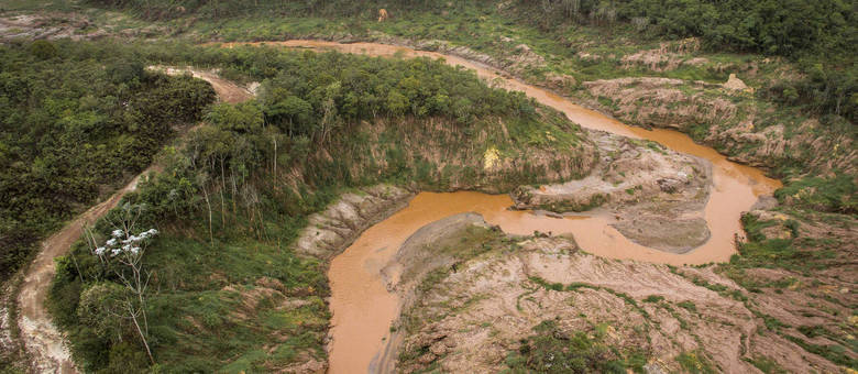 Mais de 30 bilhões de litros de lama devastaram margens de rios e afluentes