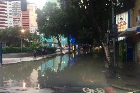 Ruas alagadas foram interditadas e trânsito ficou intenso na área