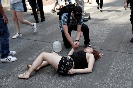 Mulher é socorrida após ser atropelada por veículo na Times Square