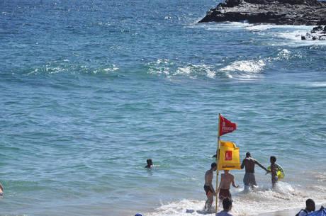 O mar revolto dificulta o trabalho dos salva-vidas