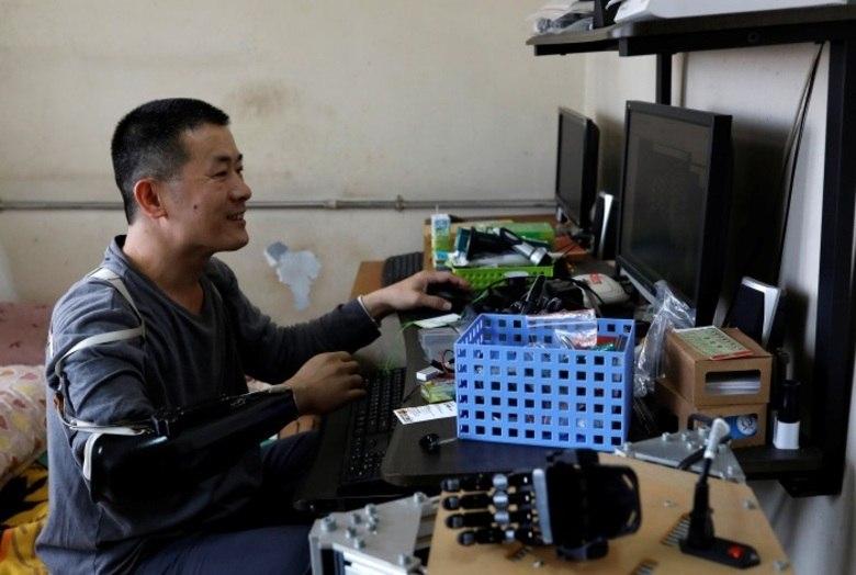 As tecnologias que ele tinha condições, porém, eram muito básicas e a mão robótica que ele queria era muito cara