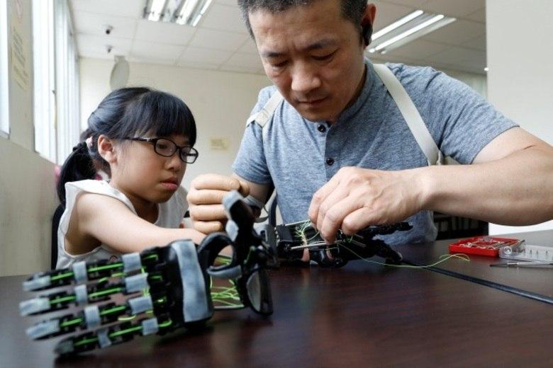 Depois de ter o braço direito arrancado em um acidente na empresa onde trabalhava, Chang Hsien-Liang tentou usar várias próteses que pudessem substituir o membro perdido