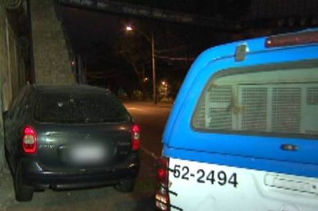 Após ser baleado, policial perdeu o controle do carro e se chocou contra parede