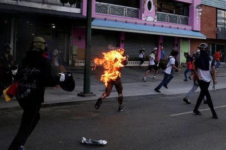 Manifestantes atearam fogo em homem em Caracas