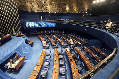 Senador Romero Jucá (PMDB-RR) discursa para plenário vazio nesta segunda. Crise política esvazia o Congresso desde quarta-feira