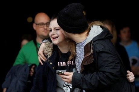 Adolescentes e crianças que assistiam ao show da cantora Ariana Grande foram alvo de ataque com bomba em Manchester, na Inglaterra