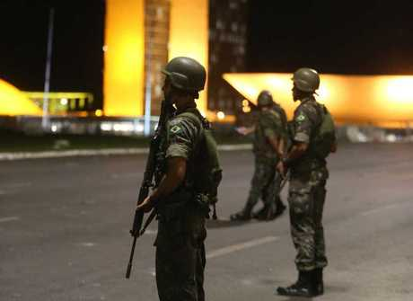 Confira as imagens do Exército<br />na Esplanada dos Ministérios