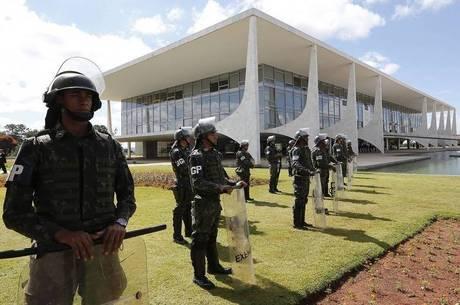 Tropas passaram a ocupar o Planalto, o Itamaraty, o Ministério da Defesa e os Comandos da Marinha e da Aeronáutica