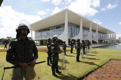 Exército em frente ao Palácio do Planalto após decreto de Temer