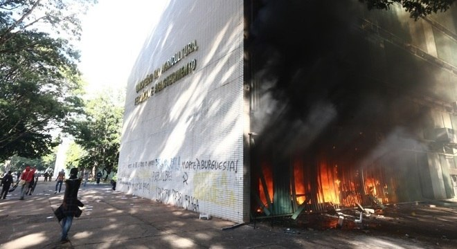 Fogo no ministério da Agricultura durante protesto contra o presidente Michel Temer em Brasília