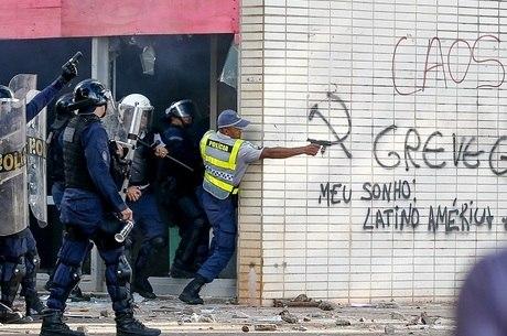 PM aponta arma de fogo contra manifestantes na quarta-feira