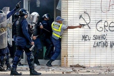 PM aponta arma de fogo contra manifestantes