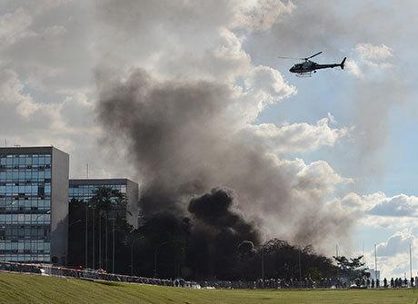 Brasília tem confronto, tumulto<br />e ministérios depredados