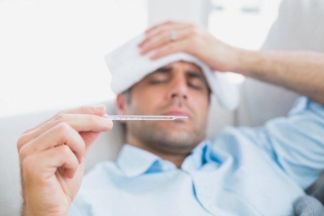 Já a gripe não é transmitida por mosquito, mas sim pelo contato entre uma pessoa gripada e outra saudável por meio de gotículas no ar ou pelo aperto de mão, por exemplo. A principal característica que difere a gripe da febre amarela, dengue, zika e chikungunya é a presença de secreção (catarro). Sintomas como dor de garganta e tosse são típicos da gripe e não das demais doenças