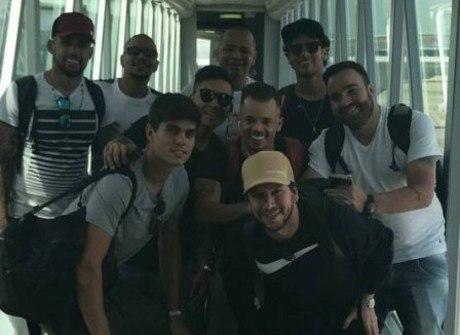 Neymar leva parças a Dubai e se impressiona com luxo do avião