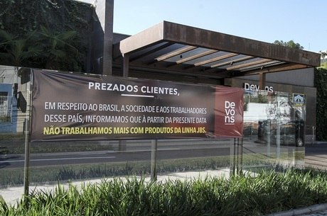 Banner em frente à churrascaria anuncia boicote à JBS