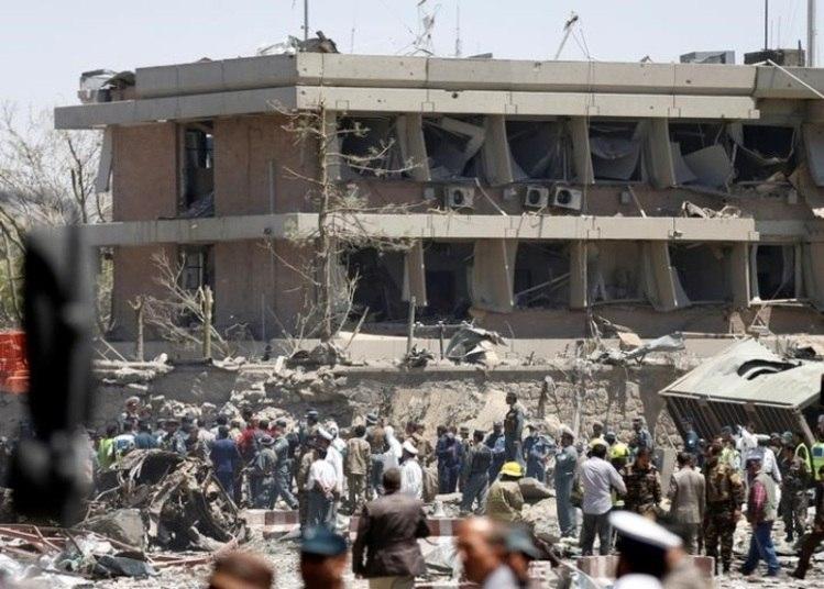 A explosão já é considerada uma das mais letais da história de Cabul. Segundo Sigmar Daniel,ministro de Relações Exteriores da Alemanha, a explosão ocorreu perto da entrada da embaixada do país, matando um guarda e deixando vários funcionários feridos. Na foto, é possível ver autoridades afegãs inspecionando o prédio da embaixada alemã depois das explosões